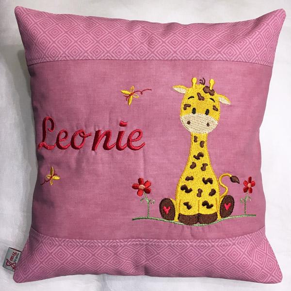 kleines Kuschelkissen mit Giraffe und Namen